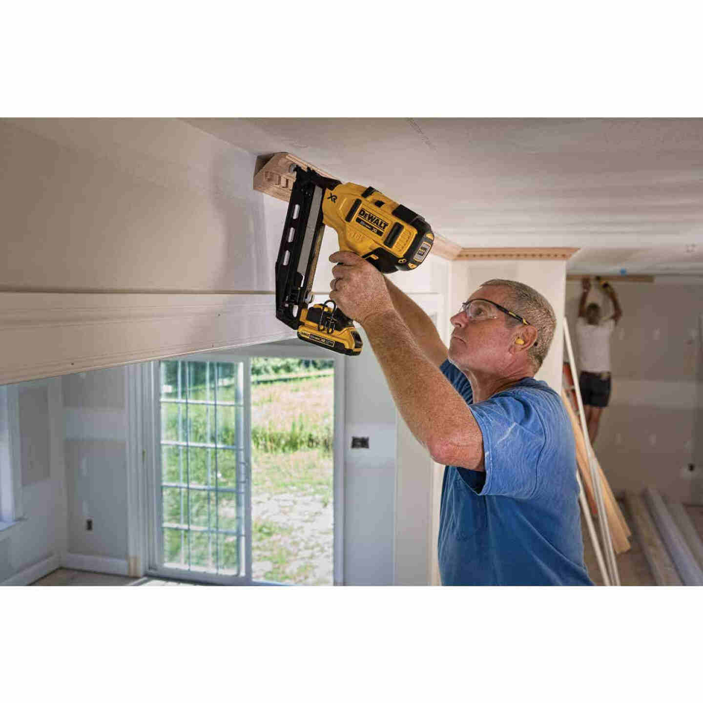DeWalt 20 Volt MAX XR Lithium-Ion 16-Gauge 2-1/2 In. Angled Cordless Finish Nailer Kit Image 2